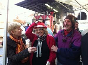 """Belley - Paulette (au centre) du restaurant """"Le Bouchon"""" lors de l'alambic pour les festivités de Noël organisée par l'Ucab."""