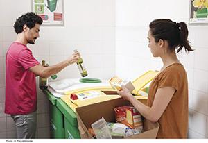 ©Eco-Emballages -Pierre Antoine - geste de tri - Trier dans le local poubelle
