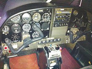 Tableau de bord d'un de nos avions où l'on peut voir : altimètre, variomètre, directionnel, transpondeur, radio, compte tour, compas ...