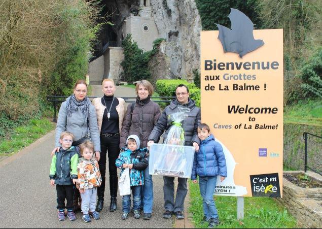 de gauche à droite : Mme Gohier et ses enfants - Pâtisserie GOHIER (confectionneur de la chauve-souris géante), Mme Sandra Goulaux, Adjointe au maire de La Balme-les-Grottes en charge des Grottes, et la famille SYLVESTRE