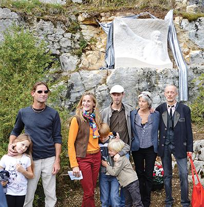Sa famille et le sculpteur Alain Jay